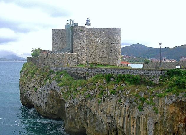 castillo y faro de santa ana castro urdiales