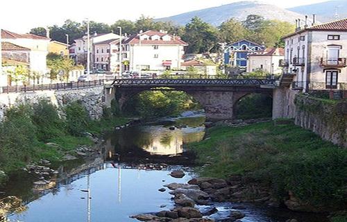 Rio Miera a su paso por la localidad de La Cavada en la provincia de Cantabria (España)