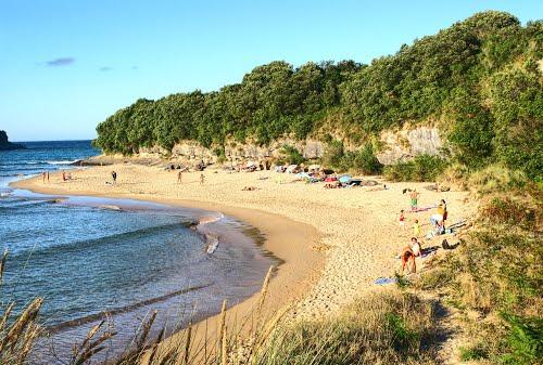 playa de los nudistas arnuero